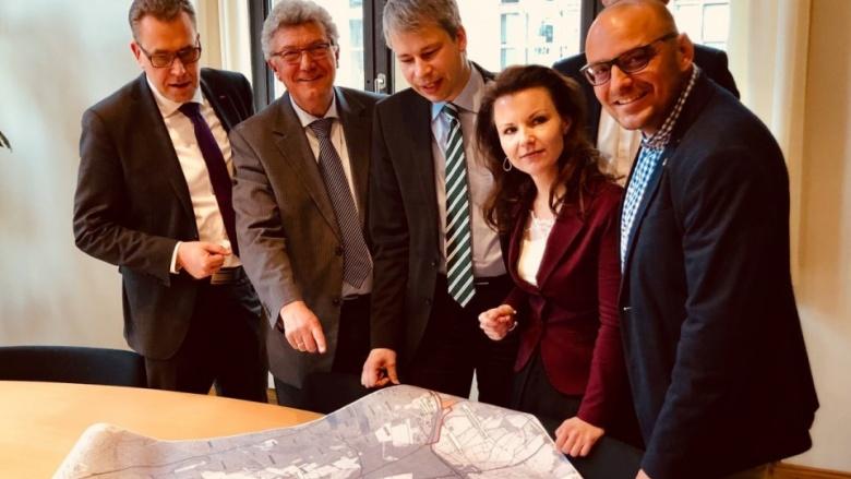 Das Bild zeigt die Bundestagsabgeordnete Jana Schimke zusammen mit Staatssekretär Bilger, Björn Lakenmacher (MdL), Rainer Genilke (MdL) und regionalen Vertretern während des Gespräches im BMVI.